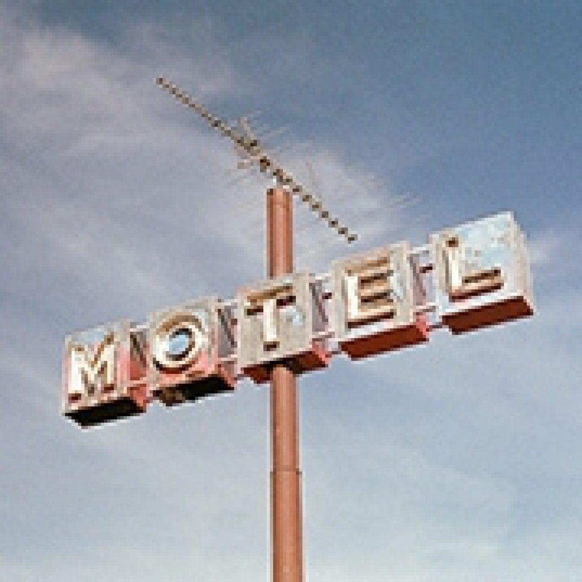 ¿Cuál es la mejor forma de ahorrar tiempo y estrés en la gestión de un hotel?